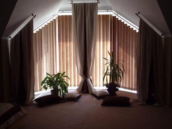 вертикальные жалюзи из ткани в спальной комнате