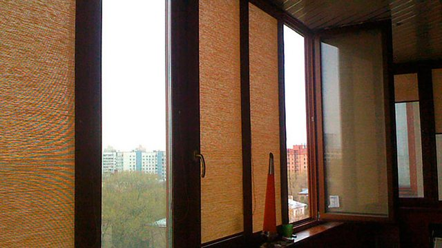 рулонные шторы из бамбука на балконе