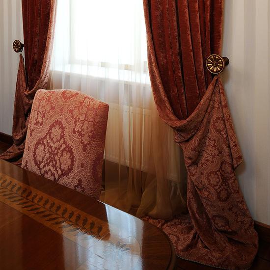 сочетание портьер из бархата с полированной мебелью