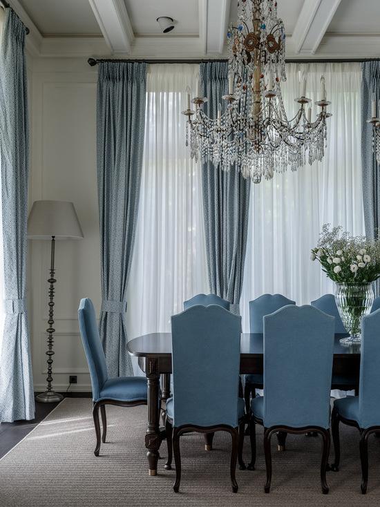 классические портьеры и тюль в гостиной