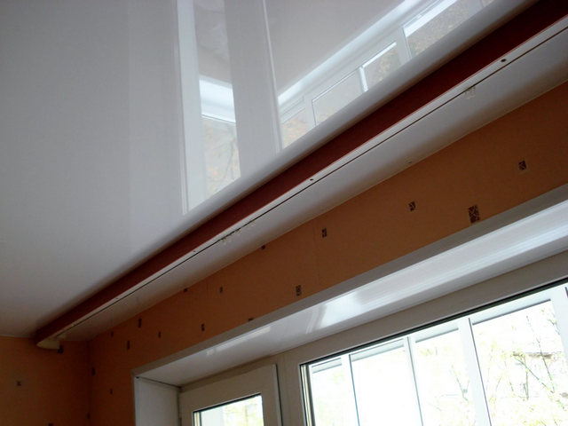 установка пототолочного карниза на натяжной потолок