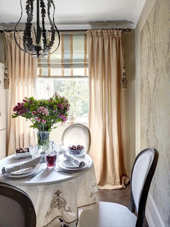 римская штора с портерами в кухне-столовой