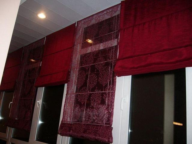 римские занавески на балконе из ткани разной фактуры