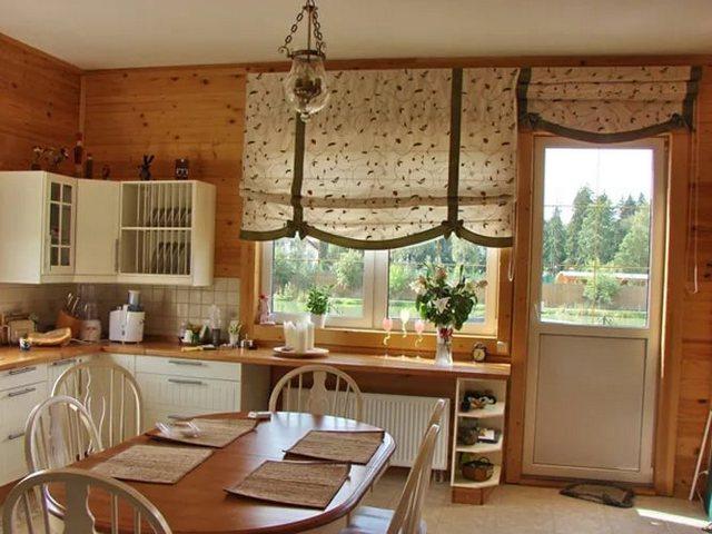 римские занавески для кухни с балконной дверью