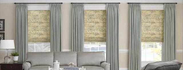 сочетание римских штор и портьер в гостиной