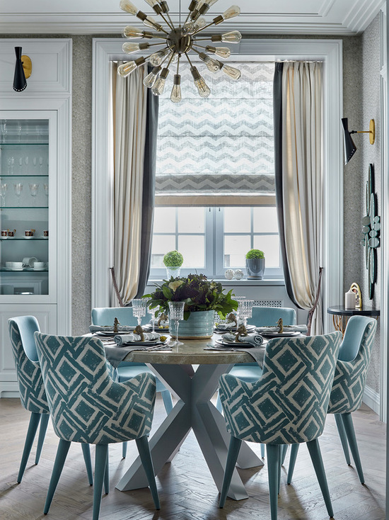 сочетание римской шторы с портьерами в столовой