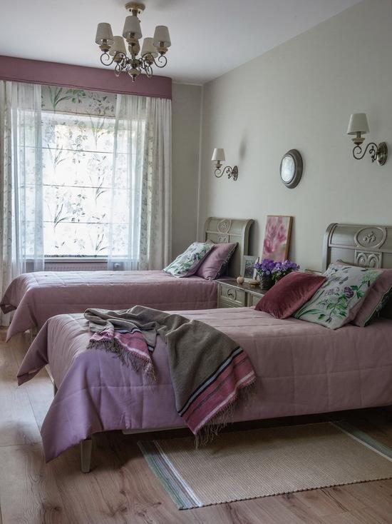 сочетание римских штор в стиле прованс и тюля в спальне