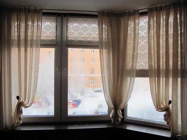 сочетание гардин и рулонных штор на балконе