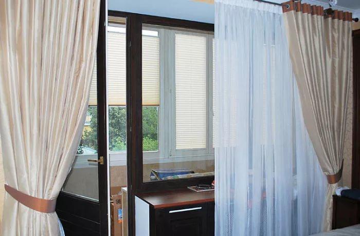 оформление окна в спальне с балконом