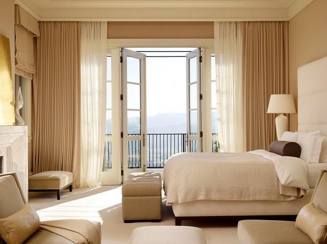 фото штор в спальне с балконом