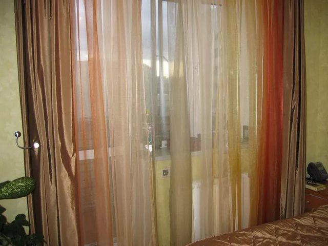 тюль из ткани органза в гостиной