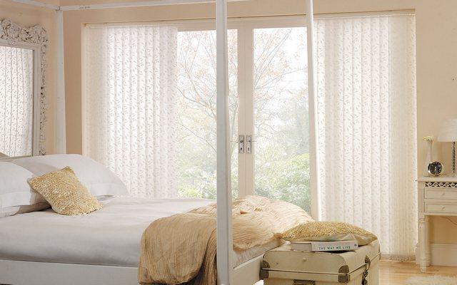 фото вертикальных жалюзи в спальне с балконом