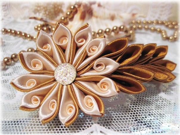 брошка из шелкового цветка канзаши