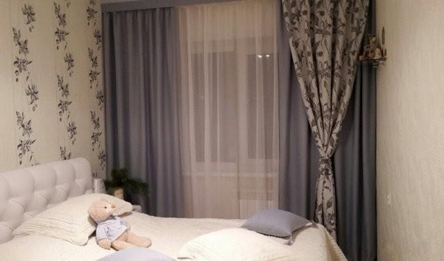 двойные шторы разных цветов в спальне