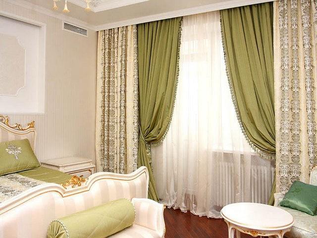 двойные шторы с тюлем в спальной комнате