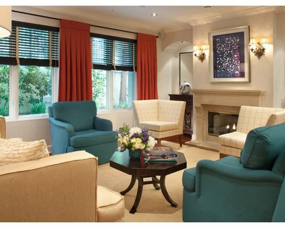 бамбуковые жалюзи и красные шторы в гостиной