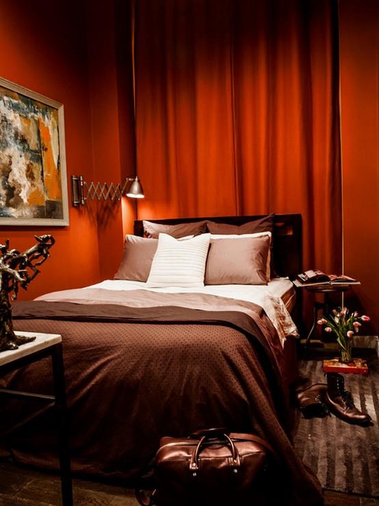 алые шторы в спальне