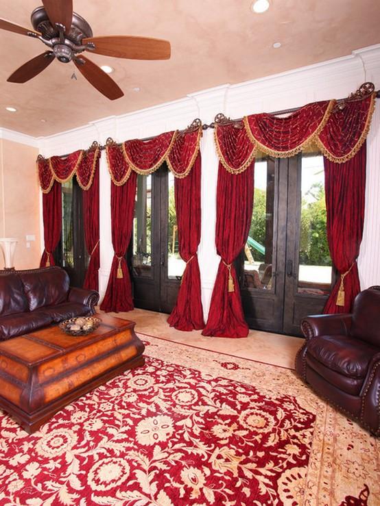 красные портьеры с ламбрекенами в классической гостиной