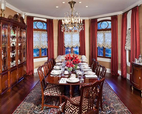 столовая в классическом стиле с красными шторами