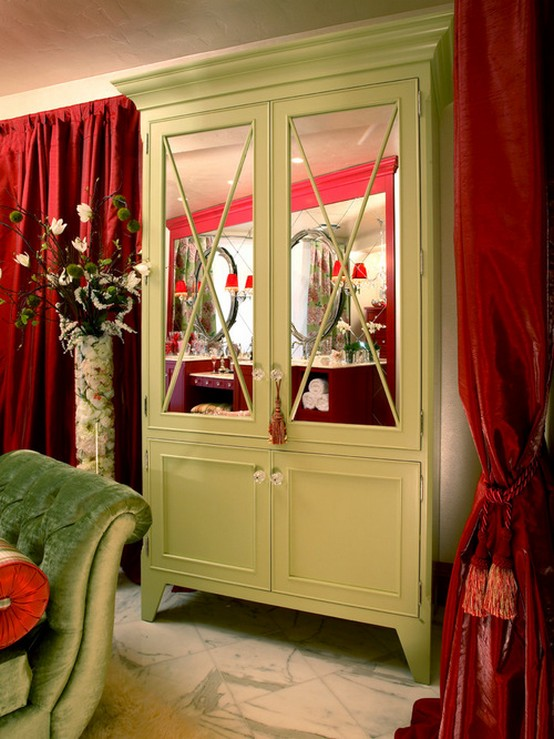 буфет в столовой в обрамлении красных портьер