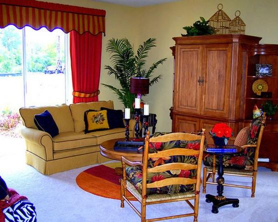 красные шторы в сочетании с красным ковром в гостиной