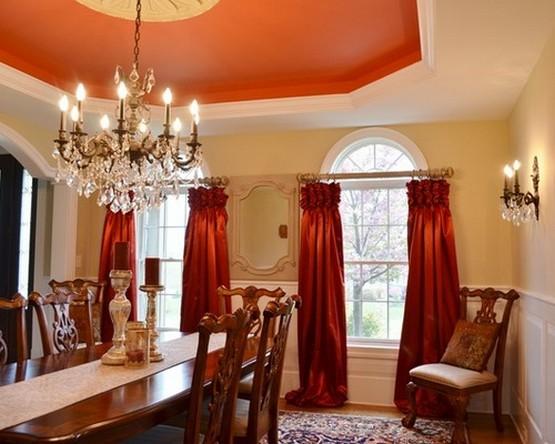 столовая с красными шторами