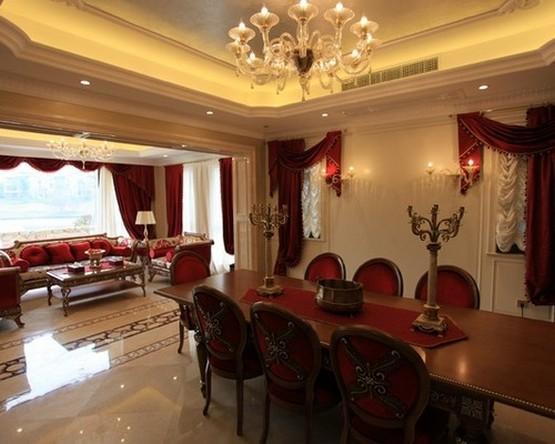 красные портьеры и перекиды в столовой