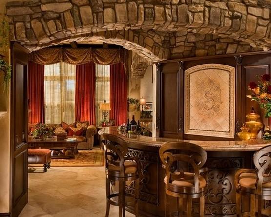 красные портьеры в столовой в деревенском стиле