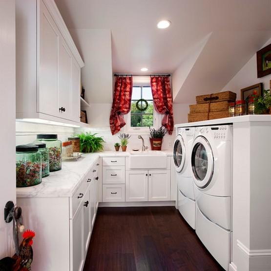 красные занавески на белой кухне