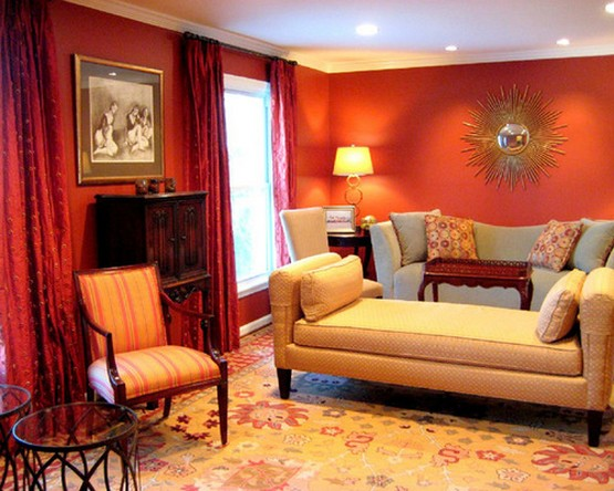 красные шторы под красные обои в гостиной комнате
