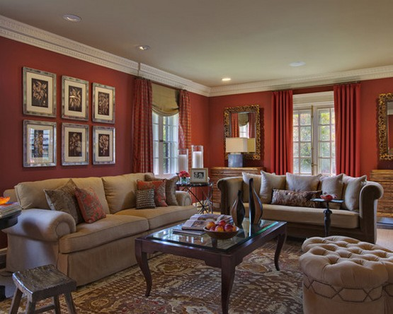 красные стены и красные шторы в гостиной