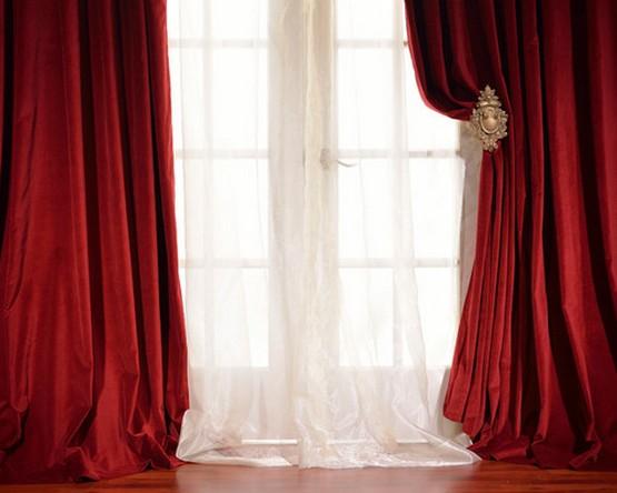 красные портьеры и белый тюль