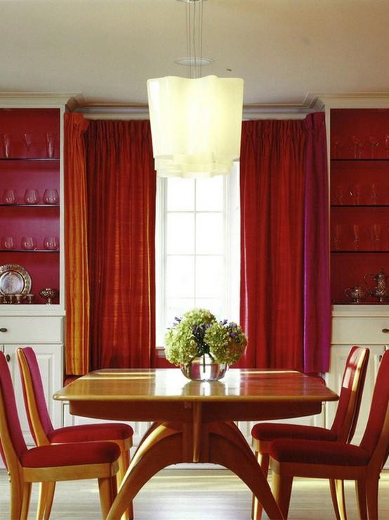 красные шторы в столовой с красными стенами