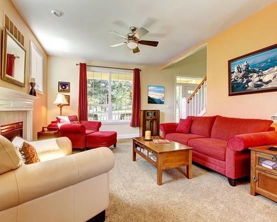 красные портьеры в гостиной с красным диваном