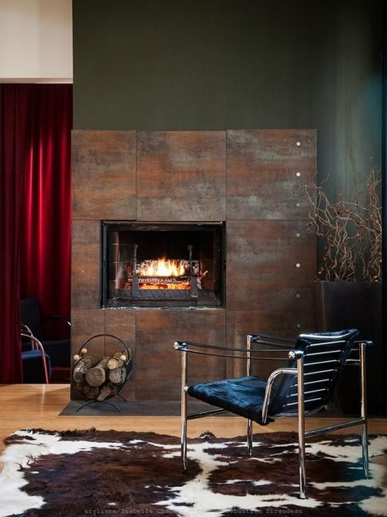 холостяцкая гостиная с красными шторами