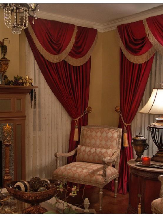 красные портьеры с декоративными шнурами