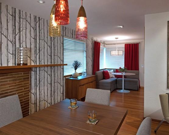 красные шторы в кухне-столовой