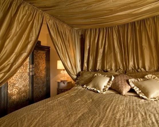 полог над кроватью из золотой парчи