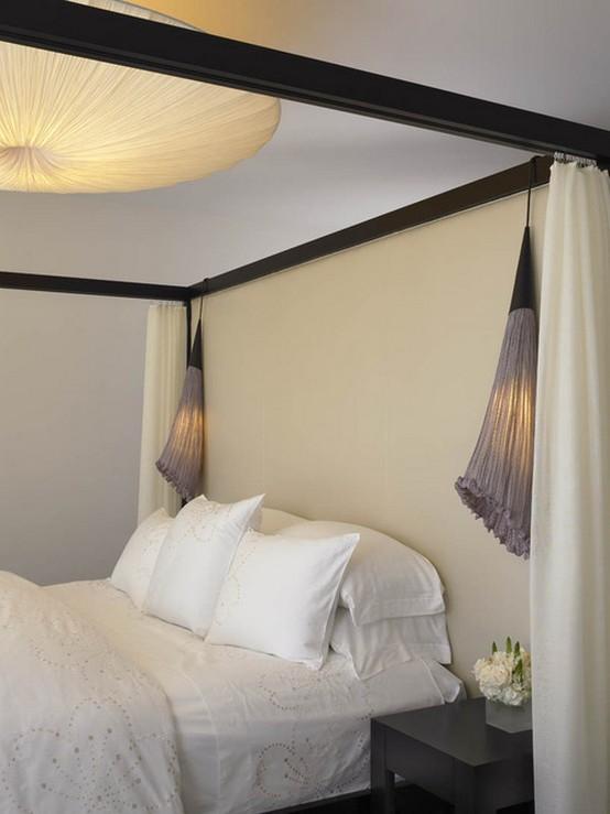 кровать с деревянной рамой и пологом