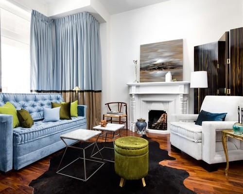 голубые портеры в гостиной под цвет обивки дивана