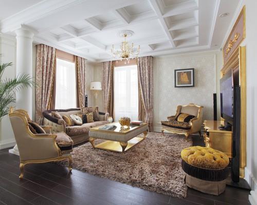 классическая гостиной с портьерами с узорами