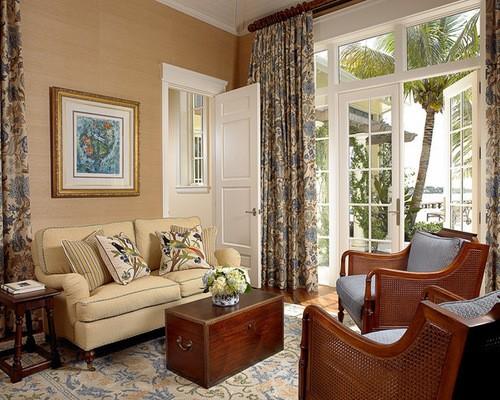 портьеры с орнаментов в гостиной в стиле кантри