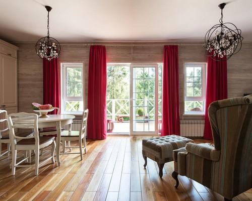 красные портьеры в гостиной