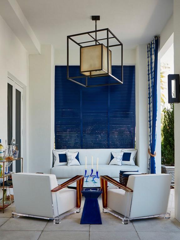 синие жалюзи и текстильные шторы на веранде