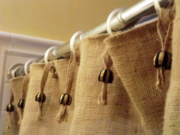 декор занавески из мешковины бусинами