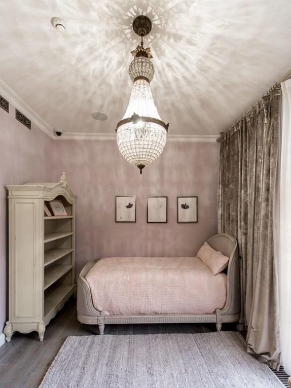 серые бархатные шторы в спальне с розовыми стенами