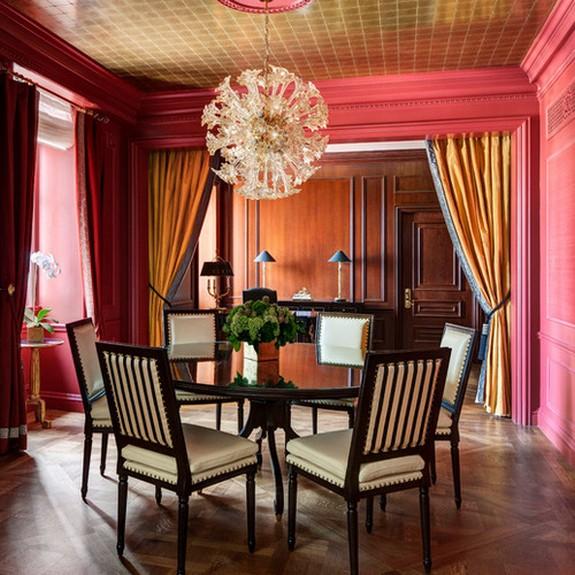 розовые и желтые шторы в классической столовой с розовыми обоями