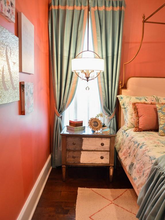 бирюзово-голубые шторы под розовые стены в спальне