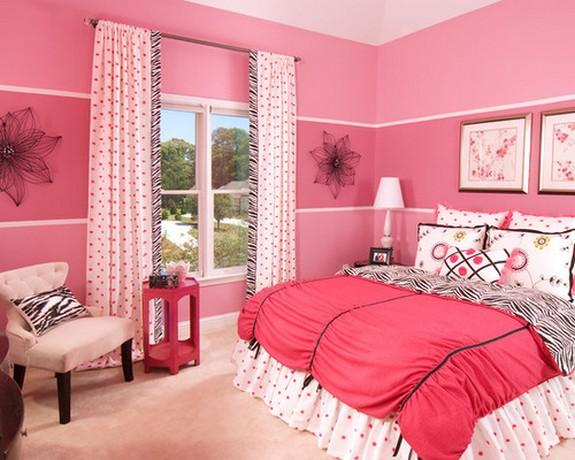 розовые шторы в цветочек под розовые обои