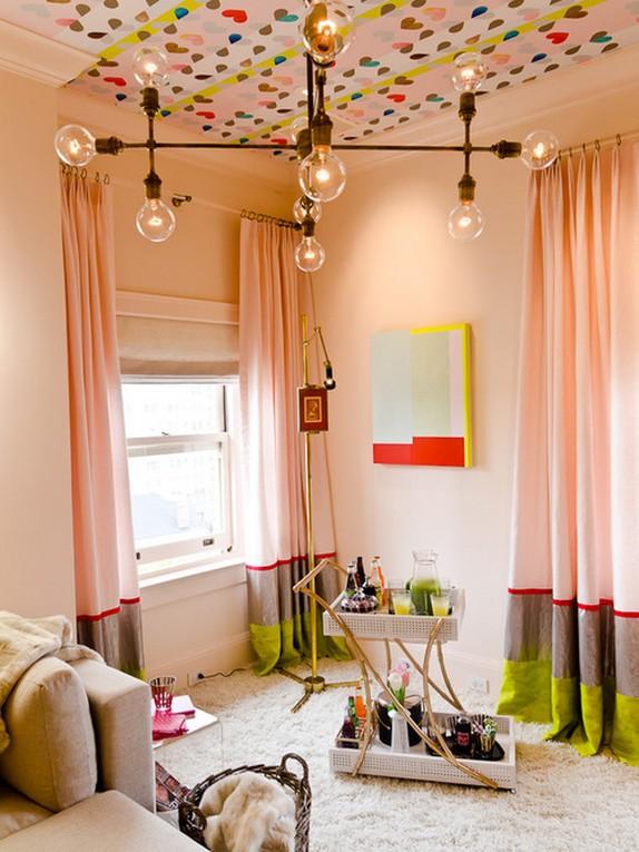 полосатые шторы под розовые обои